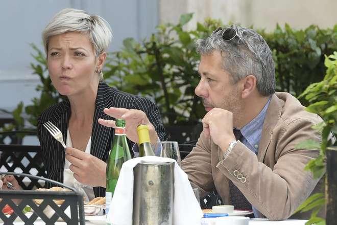 Vittoria Belvedere, nuovo look e pranzo in compagnia. Ma il marito non c'è