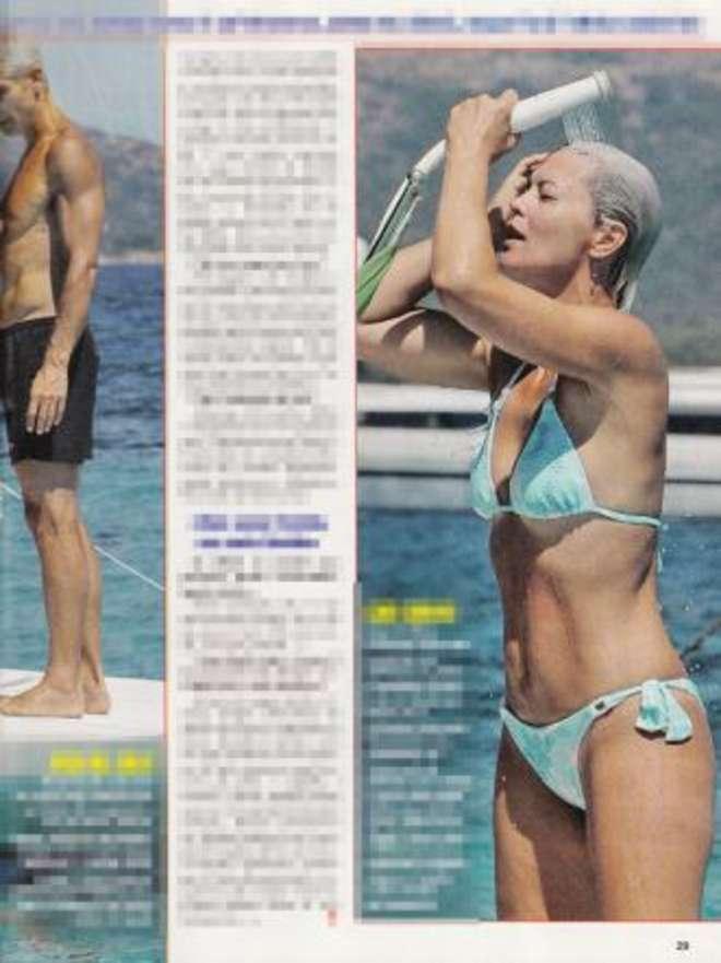 Vittoria Belvedere, doccia sexy col bikini azzurro in barca