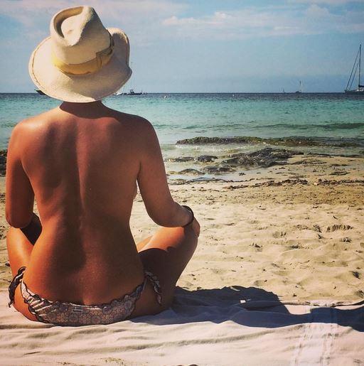 Camila Raznovich, pausa di riflessione in spiaggia in topless