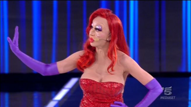 Virginia Raffaele è Jessica Rabbit: lo spacco birichino lascia intravedere troppo...
